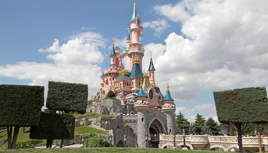 Viajes para familias con niños. Foto: castillo de la Bella Durmiente en Disneyland París.